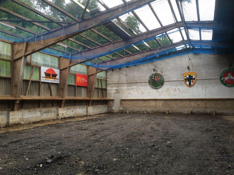 Als erstes wurde das komplette Dach abgedeckt...